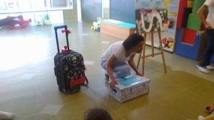 Presentación de la caja mágica de los cuentos despertando la curiosidad entre los niños