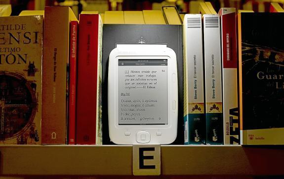 El libro electrónico (ebook) conviviendo con el formato tradicional en papel. Fuente: imagen obtenida de la Web del Heraldo de Aragón